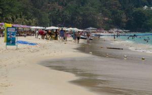 Пляж необыкновенно красив, пляж окружают не привычные для взгляда отдыхающих пальмы, а сосны, которые придают побережью неповторимый шарм и очарование.