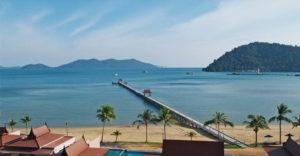 У побережья выстроены несколько отелей, которые предлагают туристам поселиться в очаровательных бунгало. Цены в гостиницах более высокие, чем на других пляжах острова.