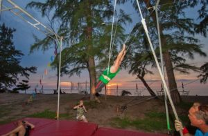 Аттракцион «Летающая трапеция» - часть парка KidzSole, но вызывает интерес не только у детей