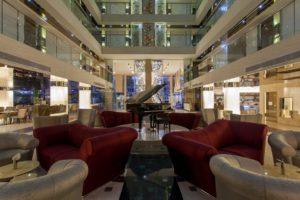 Холл и номера отеля оформлены в стиле модерн.