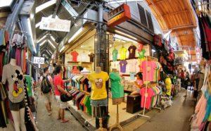 Каждую субботу и воскресенье десятки тысяч людей приезжают на рынок Чатучак, чтобы совершить покупки в 15000 павильонах.