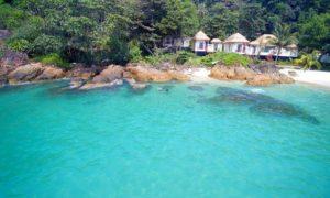 В отеле можно поплавать в открытых плавательных бассейнах, окруженных пышными деревьями