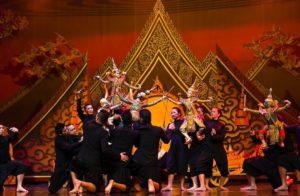 На территории ночного рынка Сунам Лун располагаются не одни лишь магазины и лавки, именно тут находится знаменитый тайский Театр Кукол.