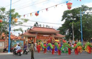 В основе фестиваля, который устраивает Храм Тханг Там – поклонение Трем Светилам и религиозные обряды, призванные помочь рыбакам в их промысле.