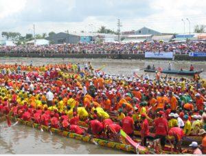 Этот колоритный религиозный фестиваль Вьетнама, посвященный одному из деятелей буддизма, реальной личности в истории Вьетнама, королю Тран Нхан Томе, дважды победившему монгольских захватчиков.