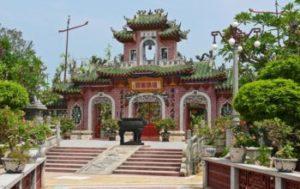 Имперский город Хюэ, расположенный южнее, также демонстрирует китайское наследие.