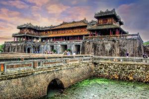 В древней столице Вьетнама Хюэ особое место среди сохранившихся архитектурных памятников занимает императорская крепость.
