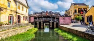 Пешеходный мост соединяет город Хойань с одноименным полуостровом, где можно посетить знаменитую лодочную верфь и фабрику, на которой плетут циновки.