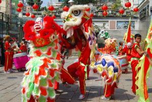 Вьетнамцы праздную Лунный Новый Год в кругу семьи за столом с блюдами национальной кухни, поздравляют друг друга, высказывают добрые пожелания, надевают национальные костюмы и устраивают уличные шествия и праздники.