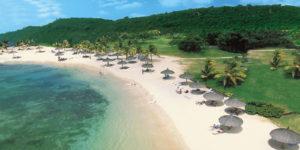 Остров известен великолепными пляжами со снежно-белым песком и прозрачной морской водой.