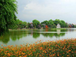 """В центре озера стоит невысокая башня, которая называется """"Храмом черепахи""""."""