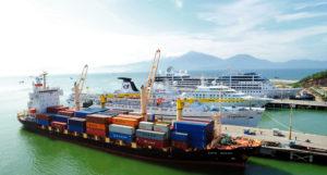 В порту Дананга регулярно швартуются туристические теплоходы.