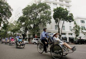 15 минут услуг рикши обойдутся примерно в 15 800 донг, однако с водителями следует предварительно договориться о цене, причем торг вполне уместен.