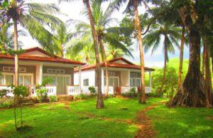 Бамбуковые коттеджи отеля находятся в пяти минутах от частного пляжа у залива Вунг-Бау.