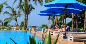 На территории отеля гости могут поплавать в бассейне, прогуляться в пышном зеленом саду.