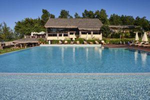 Прекрасный открытый бассейн на территории отеля.