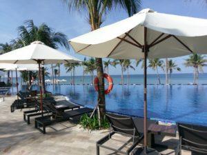 На территории два ресторана, два бара, два бассейна, спа-центр, детский клуб, теннисный корт и конференц-залы.