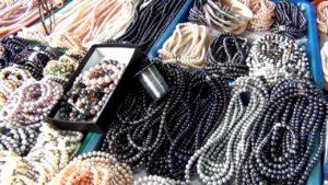 Особенно популярен здесь жемчуг, от белого до черного, различных форм и размеров.