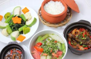 Ресторан Com Bac достаточно большой, специализируется на приготовлении морепродуктов по доступной цене.