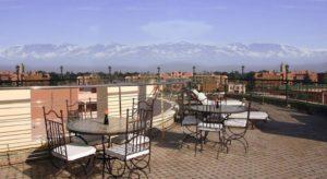 Гости спа-отеля Dellarosa Suites могут поесть на фоне панорамы Атласских гор.
