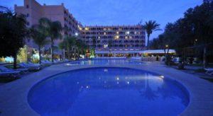 Отель El Andalous построен в мавританском стиле, окружен садом с пальмовыми и апельсиновыми деревьями и экзотическими цветами