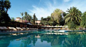 Бар у бассейна, где маленькие и большие гости отеля могут насладиться блинчиками, вафлями и мороженым.