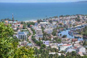 В центральной и северной части пляжа расположено самая развитая на острове инфраструктура отдыха: десятки отелей, курортов, ресторанов, баров, асфальтированная дорога, ведущая к самому центру города Duong Dong.