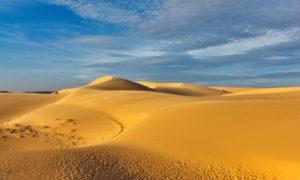 Здесь можно посетить впечатляющие красные и белые песчаные дюны.
