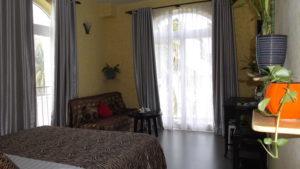 В просторном номере все удобства, кондиционер, телевизор, необходимая мебель, мини-бар.