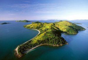 Ландшафт острова в основном гористый. Самые высокие горы на севере, которые постепенно снижаются к югу.