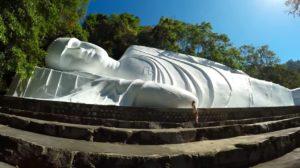 Гора Таку со статуей лежащего Будды находятся в часе езды от Муйне.