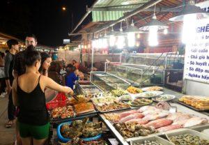Динь Кау - небольшой ночной рынок, расположен в пятнадцати минутах от маяка.