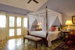 Отель напоминает французский приморский особняк, в нем 70 красивых номеров с балконами.