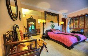 Гостям отеля предлагается на выбор 33 роскошных номера, оформленных в современном и колониальном стилях.