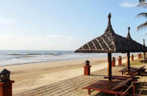 Пляж рядом с отелем, шезлонги всегда свободны.