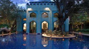 Вилла площадью 400 квадратных метров в окружении фруктовых, пальмовых деревьев и экзотических растения. Приватный бассейн занимает площадь 80 кв.м. Об отдыхе гостей виллы заботятся персональный дворецкий и консьерж.