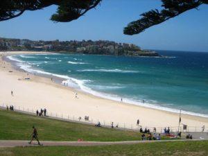 На многолюдном и шумном пляже отдыхает, в основном, местное население. Здесь нет лежаков и уютных реторанчиков на берегу, к чему так привыкли избалованные европейцы.