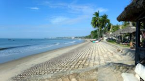 Здесь спокойно и не шумно. Пляж полупустой и не такой ухоженный, как центральный.