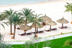 Частный пляж отеля находится на расстоянии 1 минуты, кроме шезлонгов и зонтов на нем пляжные кабинки.