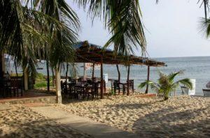 Недалеко от отеля пляж и кафе.