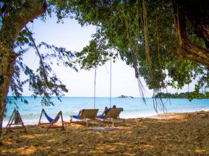 Собственный пляж отеля находится недалеко от коттеджей.