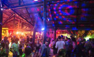 Является местом ночной жизни под открытым небом. Расположен вдоль Нгуен Динь Тьеу. С живой музыкой.