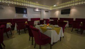 В ресторане отеля Racine готовит блюда марокканской и международной кухонь.