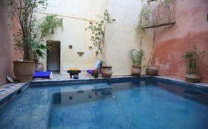 В открытом бассейне гости могут расслабиться после многочасовых экскурсий по Медине