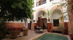Окна всех номеров выходят на внутренний двор с бассейном, фруктовыми деревьями и цветами.