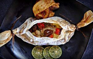 Ресторан отеля предлагает местную и средиземноморскую кухни.