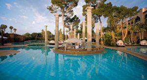 Бар в центре открытого бассейна в отеле The Es Saadi Palace 5*