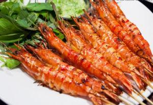 В каждом ресторане можно насладиться огромным ассортиментом блюд, приготовленных из только что выловленных морепродуктов.