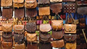 Кожаные сумки на рынке в Марракеш