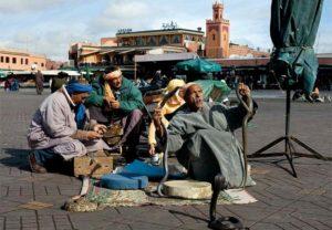 Уличные музыканты, танцоры, акробаты, заклинатели змей, рассказчики, торговцы едой и зрелищами - все создает неповторимую и незабываемую атмосферу.